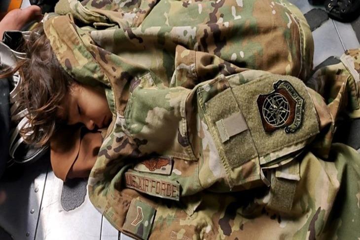 enfant afghan avion